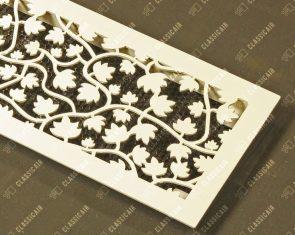 Белая решетка из стали с растительным орнаментом